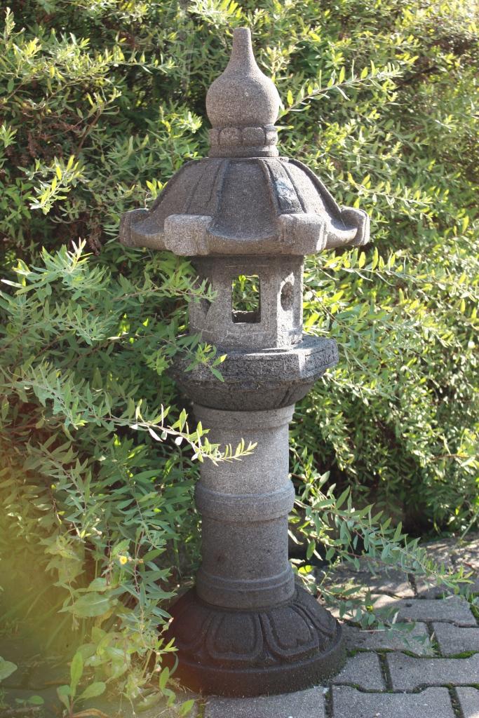 Japanische steinlaterne gartenlaterne steinpagode for Japanische gartendekoration